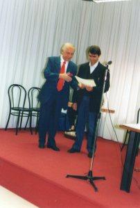 Adriano Icardi premia Alberto Ballerino vincitore della sezione C - libro edito di storia e arte piemontese - 2004 - V° edizione