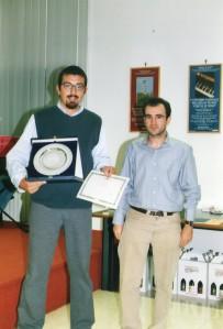 Roberto Chiodo della segreteria del Concorso Guido Gozzano premia Davide Daniele - Quarto Concorso Guido Gozzano 2003