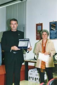 Silvia Patrucco Assessore alla Cultura del Comune di Terzo consegna il premio dedicato a Peter Russell a Gordiano Lupi del Foglio Letterario - Concorso Guido Gozzano - 2003