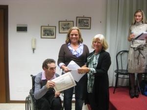 Maria Teresa Scarrone dell'Associazione Giacomo Bove e Fabio premiano Camilla Emili vincitrice della sezione B - poesia inedita - Concorso Guido Gozzano 2012