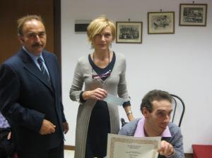 Il Sindaco di Terzo Vittorio Grillo e Fabio premiano Roberta Borsani - II° classificata sezione D racconto inedito - Concorso Guido Gozzano 2012