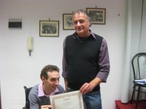 Fabio Aprile premia Fabrizio Bianchini vincitore della sezione D - racconto inedito - Concorso Guido Gozzano 2012