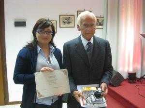 Simona Dinapoli del Centro Studi Pavese-Gozzano premia Andrea Bertolotti padre di Riccardo vincitore come Autore Giovane