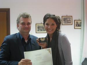 Zeno Ivaldi del Comune di Terzo premia la figlia di Maddalena Capalbi