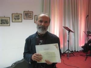 Gezim Hajdari ritira il premio per Luigi Manzi