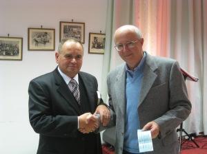 Carlo Prosperi - Presidente della Giuria premia Nevio Spadoni