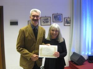 Giorgio Penotti del Gruppo dell'Incanto premia Nadia Bertolani